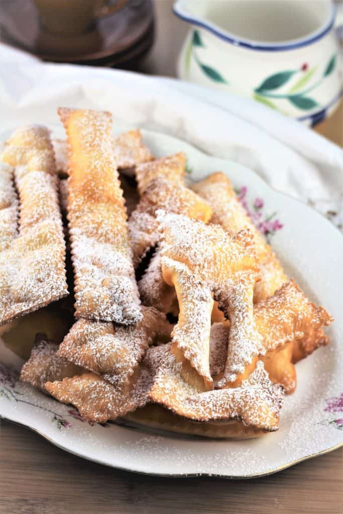 Chiacchiere di Carnevale served on a platter