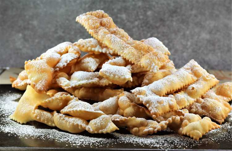 pile of powdered sugar dusted chiacchiere